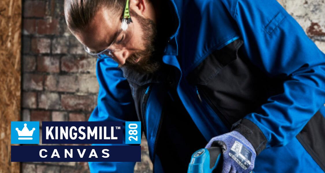 Kingsmill Polycotton Canvas izrađen je od 65% poliestera i 35% pamuka sa Peach završnom obradom. Ova mješavina nudi vrhunsku izdržljivost i performanse. Najsuvremenija završna obrada tkanine pruža ultra mekani osjećaj prilikom nošenja odjeće za izvanrednu udobnost tokom cijelog dana. Duga vlakna koja se koriste u procesu izrade osiguravaju čvrstoću i superiornu završnu obradu. Ova tkanina ima UPF ocjenu 50+ tako da će blokirati 98% UV zraka.